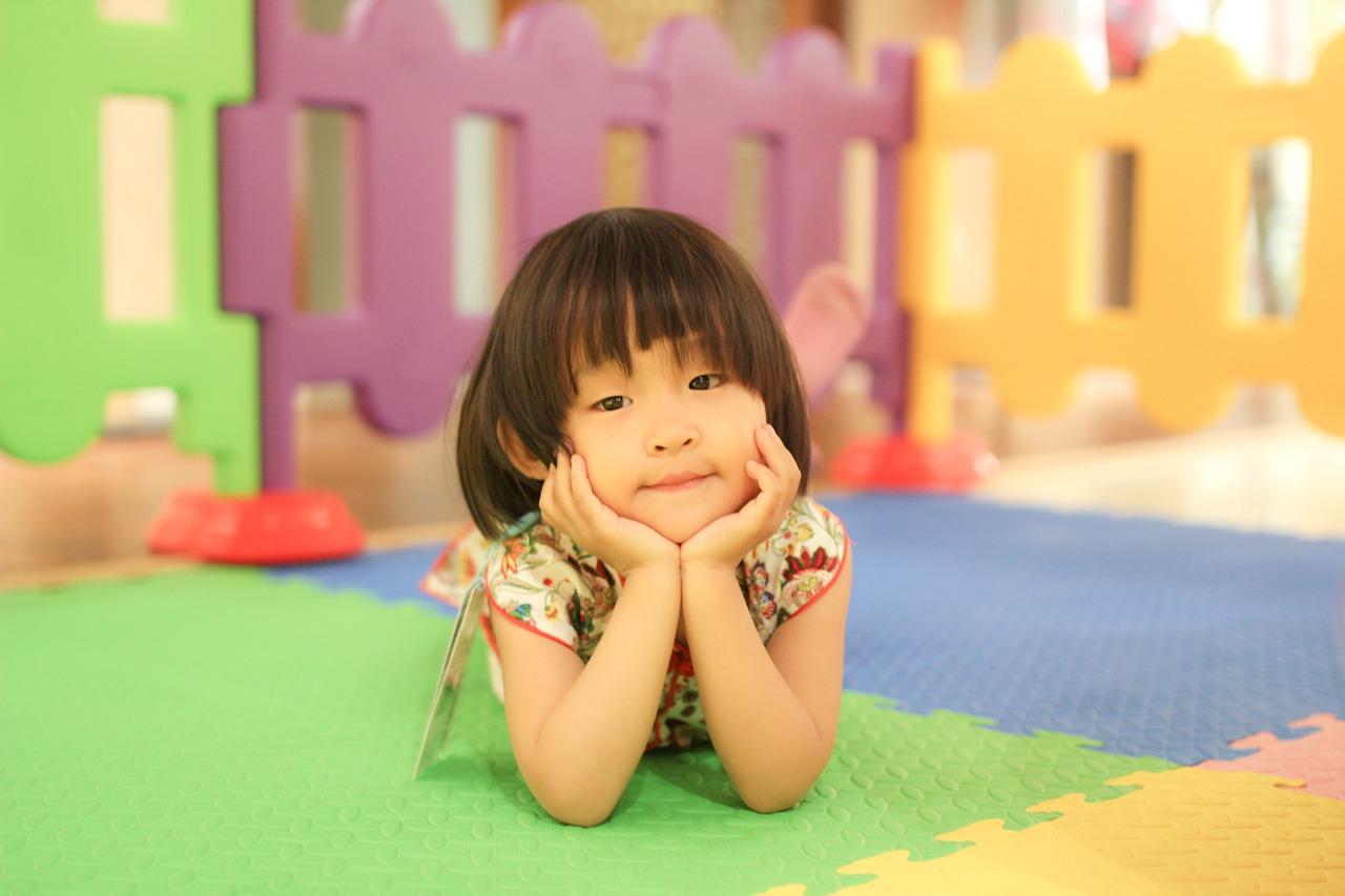kínai kislány fekszik a földön