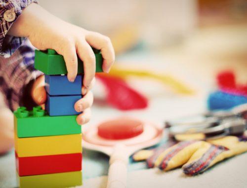 gyerek lego kockákkal játszik