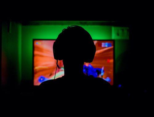 fiú videojátékozik a sötétben