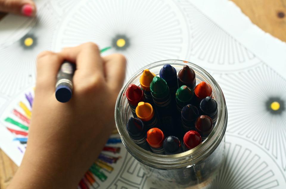 lány zsírkrétával rajzol