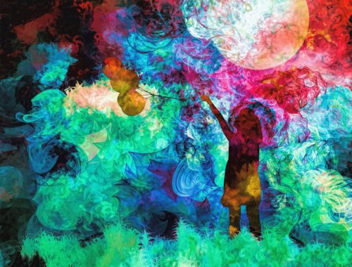 színes füstjelek és kislány lufival a kezében