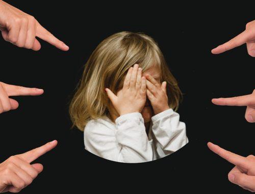 ujjal mutogatnak egy kislányra