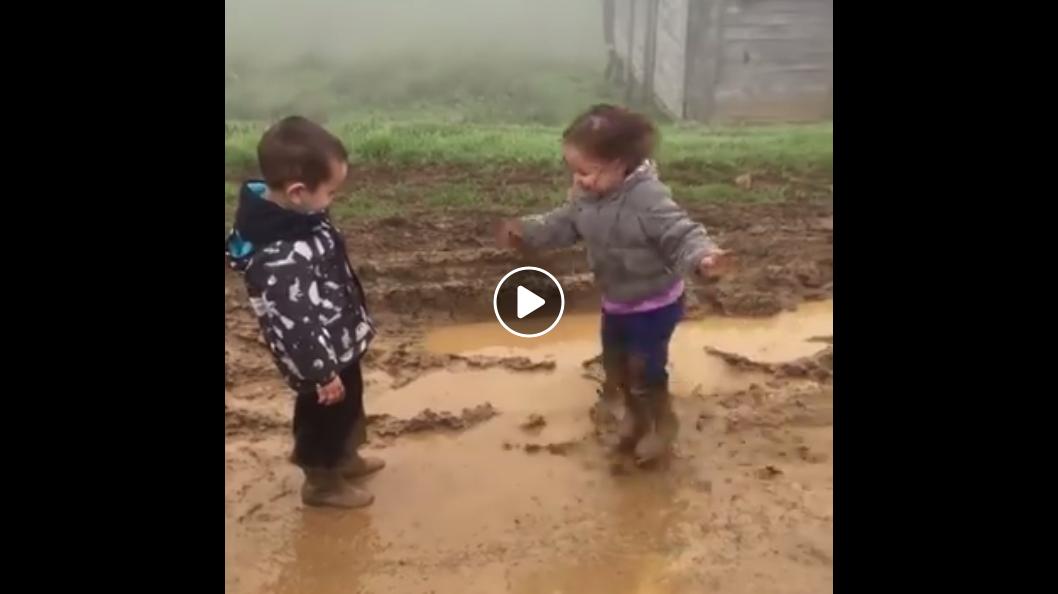 videó két kisgyerekről
