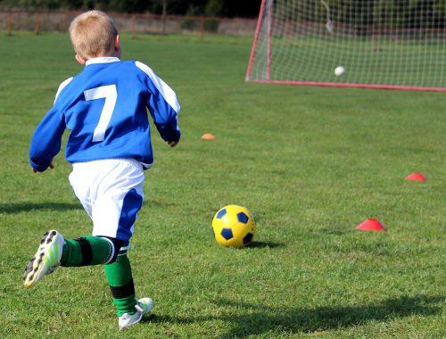 egy kisfiú focizik