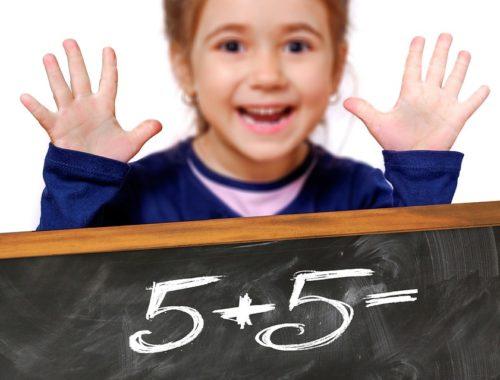 egy kislány tízet mutat