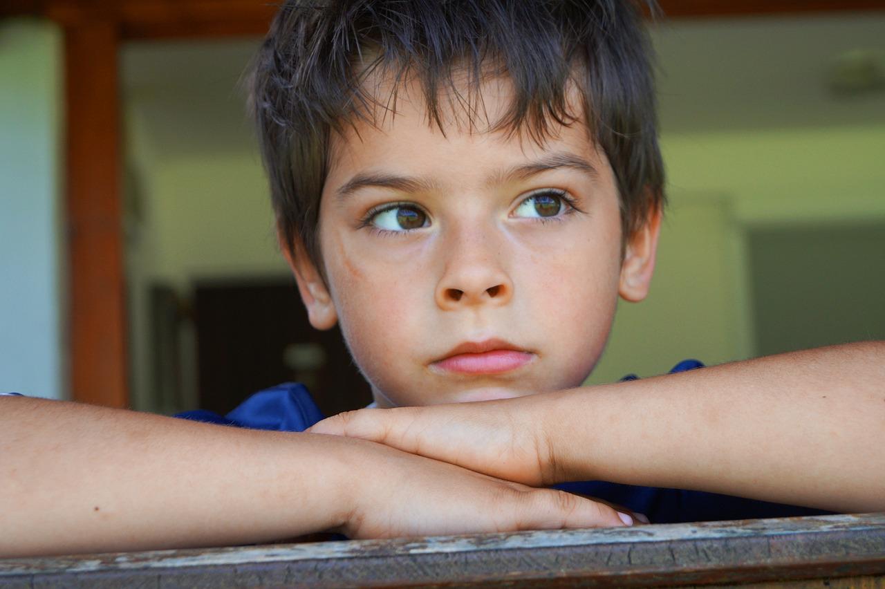 kép egy szomorú kisfiúról