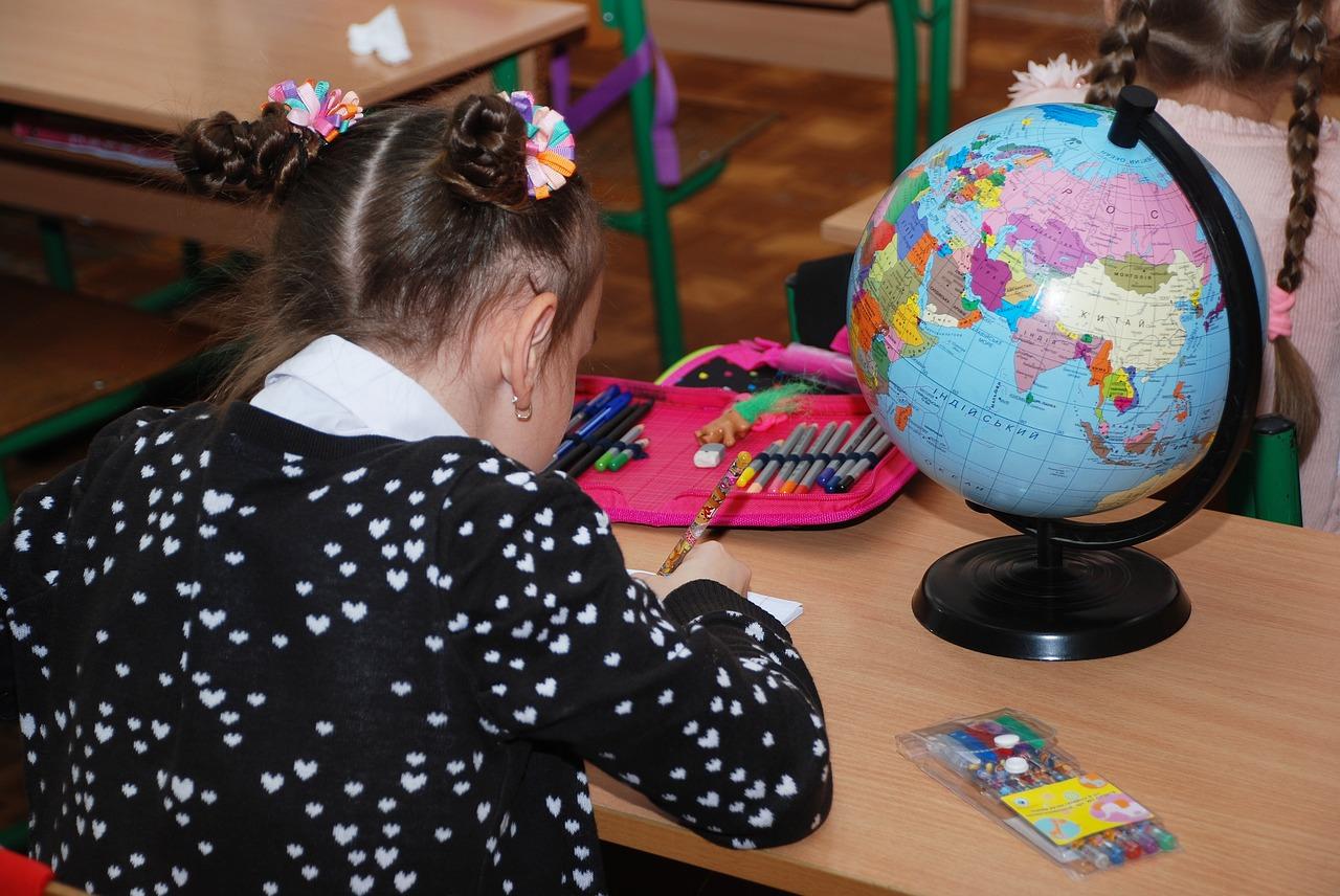 kislány tanul