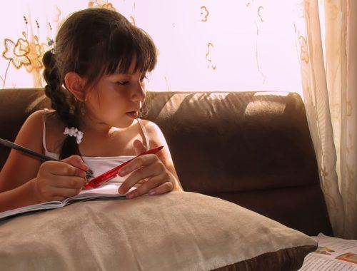 egy kislány tanul