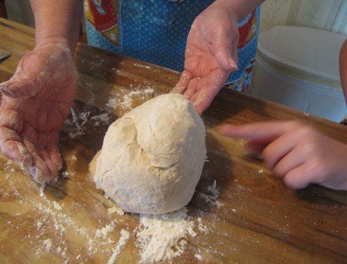 tésztát gyúrnak