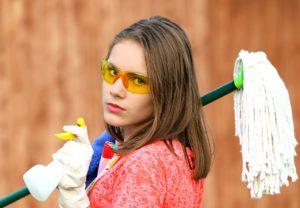 kép egy takarító fiatal nőről