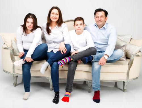 család ül egy kanapén