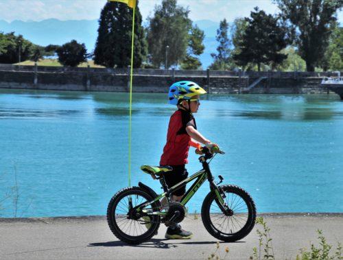gyerek bicikli tolás a folyó mellett