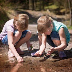 Hogyan fejleszti a gyerekeket, ha a természetben játszanak? - 5 játékötlet a szabadban