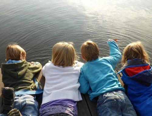 gyerekek a tóparton