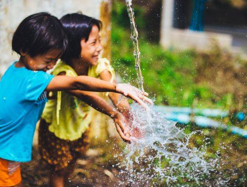 gyerekek örvendenek a víznek