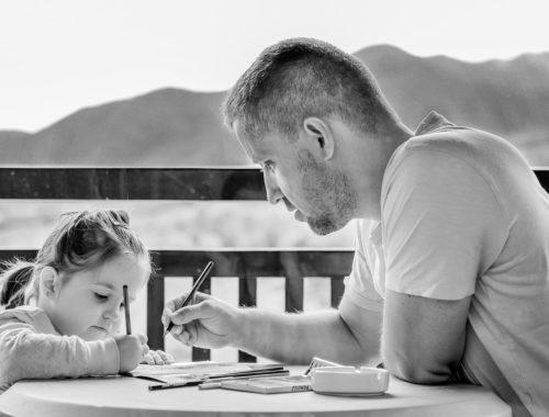 apuka rajzol a kislányával egy tóparton