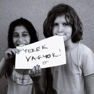 Ilyen, mikor összefog egy roma és egy nem roma magyar kislány