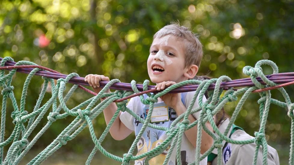 kisfiú mászókázik