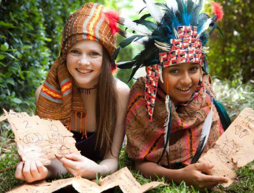 gyerekek indiánnak öltözve