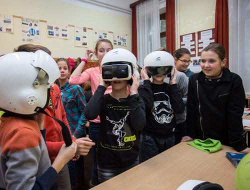 gyerekek VR szemüveggel