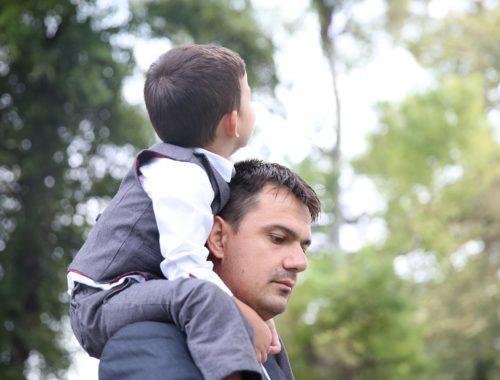 kisfiú az apukája nyakában