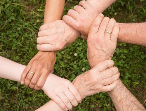 hat ember fogja egymás csuklóját