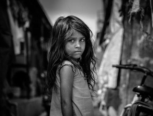 fekete fehér kép egy kislányról hosszú hajjal