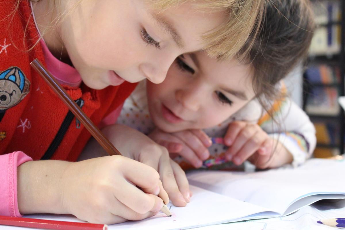 két kislány rajzol