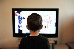kisfiú televíziót néz