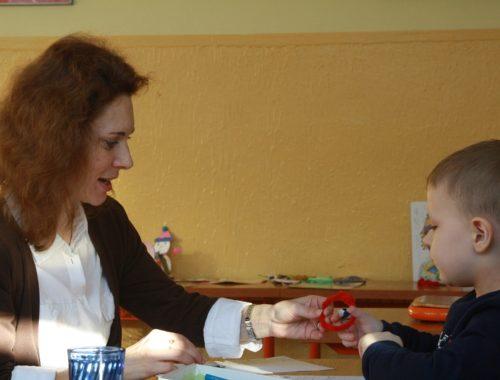 nő beszél egy kisfiúval