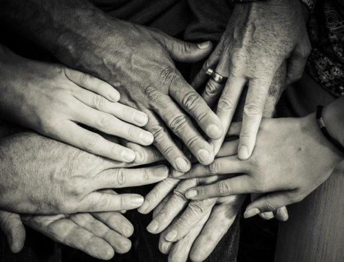 egy család összerakja a kezét