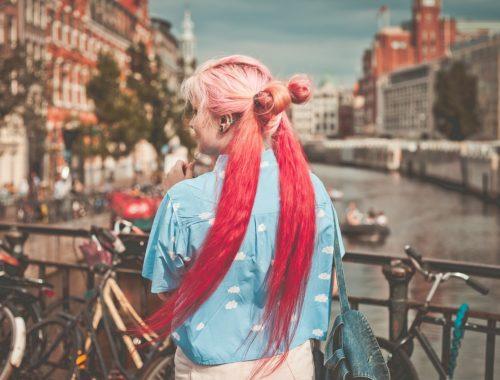 rózsaszín és piros hajú lány