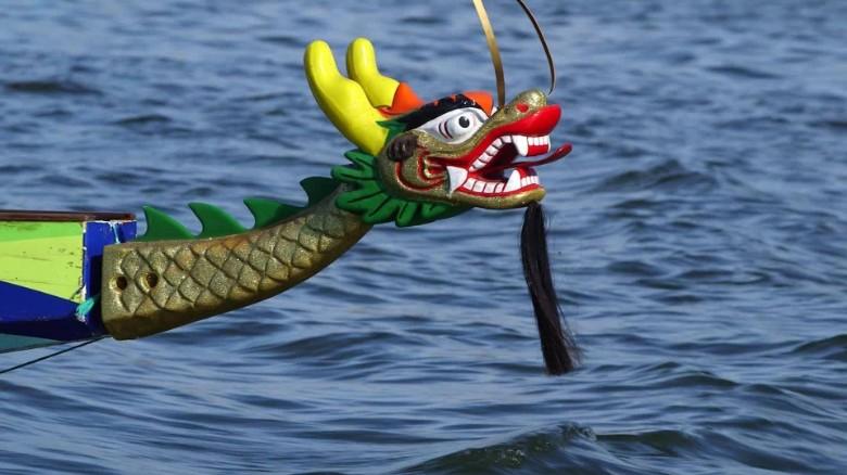 sárkány formájú hajóorr a vízen