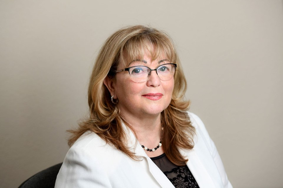 szemüveges nő