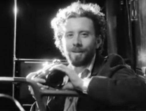 fiatal férfi kamerát tart a kezében