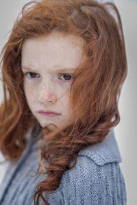 vörös hajú morcos kislány