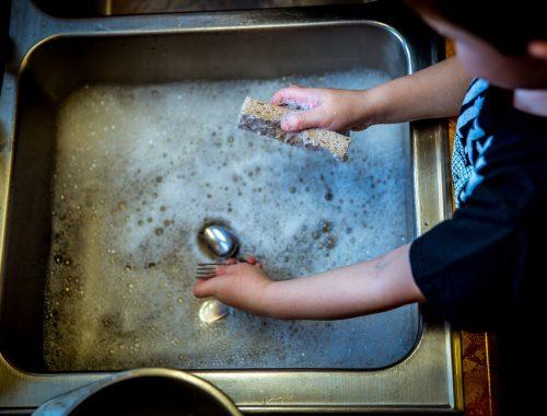 kisgyerek mosogat egy villát