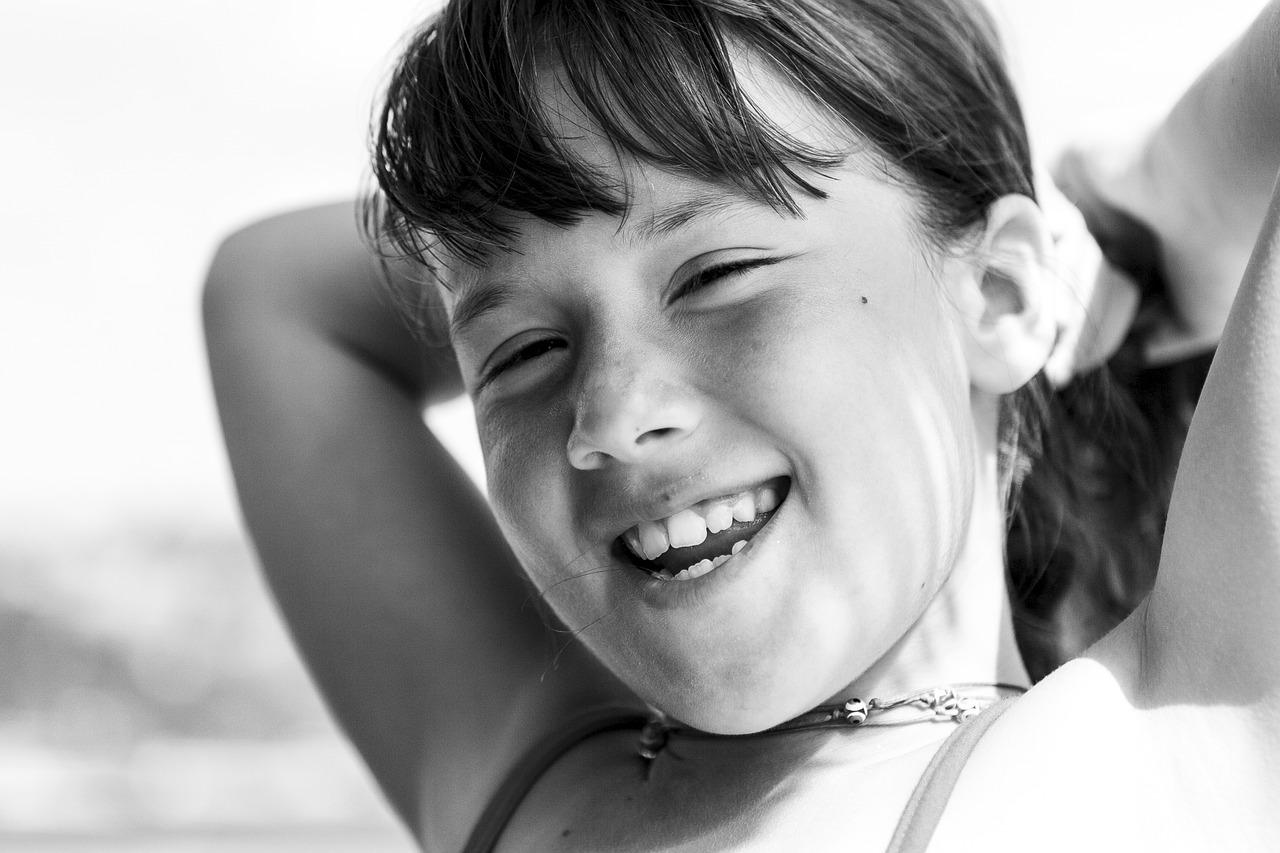 fekete fehér kép egy kislányról