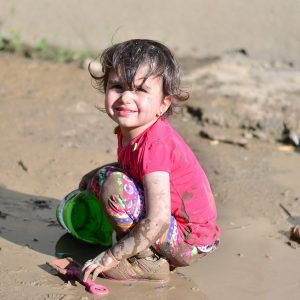 5 alapos ok, amiért hagyd a gyereket sarazni, sárban ugrándozni!