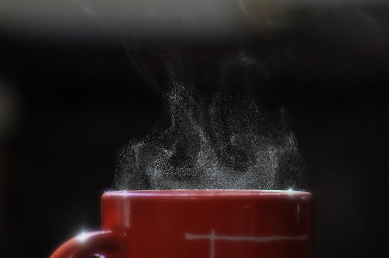 piros bögrében gőzölgő forró ital