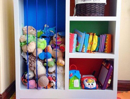 játékos szekrény plüss figurákkal és könyvekkel