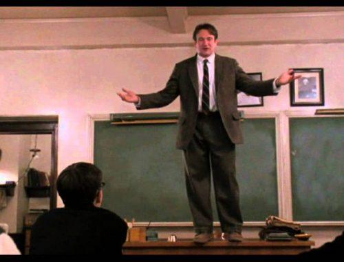 férfi tanár az asztalon áll