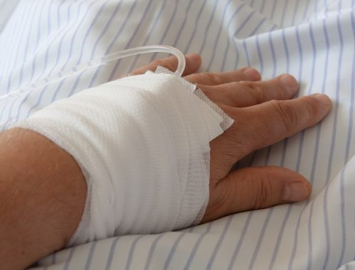 kéz infúzióval, gézzel átkötve