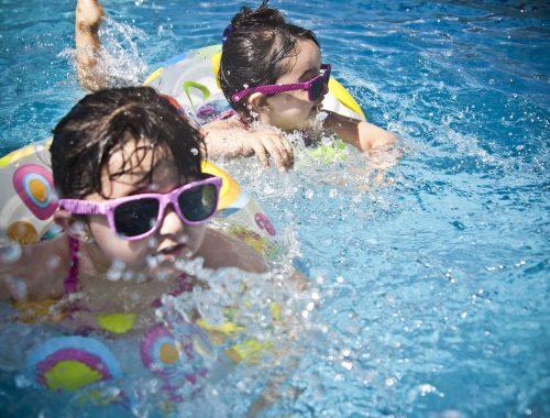 kislányok úsznak a vízben