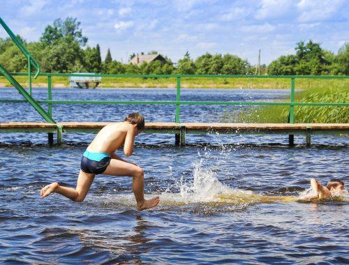gyerekek úsznak a tóban