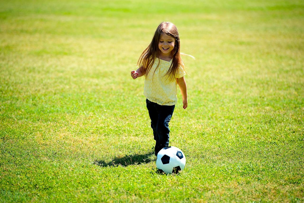 kislány focizik