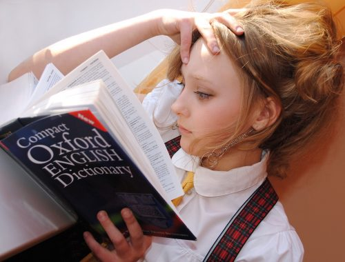 lány angol szótárt olvas