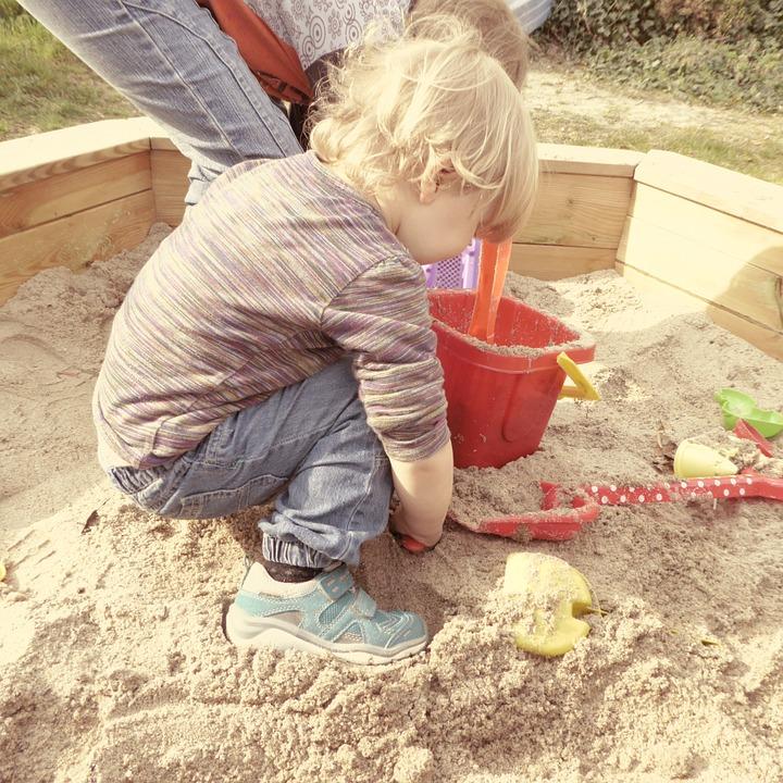 homokozó gyerekek