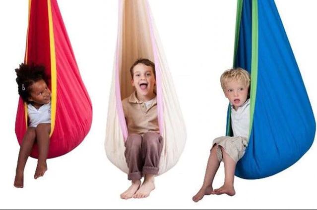 gyerekek a hintában