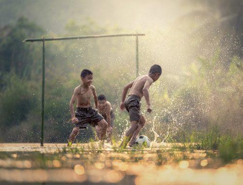 ázsiai gyerekek fociznak